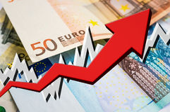 Растущая стрелка с предпосылкой денег евро Стоковое фото RF