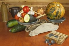 Растущие овощи в органической ферме Овощи, который выросли в малом домашнем саде Старый вес металла на домодельной еде Стоковое Изображение RF