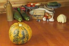 Растущие овощи в органической ферме Овощи, который выросли в малом домашнем саде Старый вес металла на домодельной еде Стоковые Фото