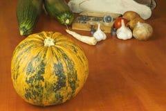 Растущие овощи в органической ферме Овощи, который выросли в малом домашнем саде Старый вес металла на домодельной еде Стоковая Фотография