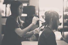 Расцветка волос в конце практики салона красоты вверх, красящ Стоковые Изображения