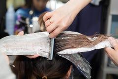 Расцветка волос в салоне Стоковые Фотографии RF