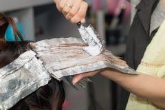 Расцветка волос в салоне Стоковое Фото