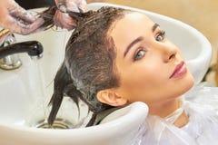 Расцветка волос в салоне Стоковая Фотография RF