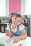 Расцветка девушки с деревянными карандашами на школе Стоковая Фотография