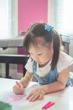 Расцветка девушки с деревянными карандашами на школе Стоковое фото RF