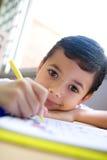 расцветка мальчика книги наслаждаясь его Стоковое Изображение