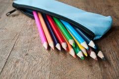 Расцветка рисовала в случае карандаша на деревянной предпосылке Стоковые Изображения