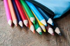 Расцветка рисовала в случае карандаша на деревянной предпосылке Стоковое Изображение