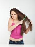 расчесывает волос девушки она стоковое изображение rf