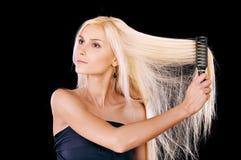 расчесывает детенышей женщины волос славных стоковое изображение
