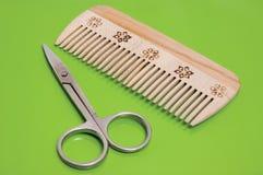расчесывайте ножницы деревянные стоковые изображения rf