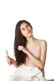 расчесывающ волос девушки смотря вверх Стоковые Фотографии RF