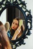 расчесывающ волос девушки ее детеныши стоковое фото rf