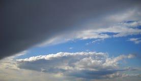 Расчистка неба после ливня и ненастного облака стоковое изображение rf