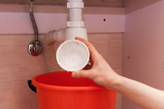 Расчистка преграженного бить молотком молотком загрязнянного пластичного сифона u для таза мытья, санитарных приборов, экстренный Стоковые Фотографии RF