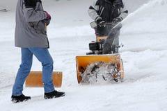Расчистка снега с резцом снега и снег копают стоковое фото