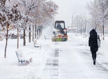 Расчистка снега Трактор освобождает дорогу, путь после сильного снегопада Трактор очищая дорогу от снега Экскаватор очищает улицу стоковые изображения rf