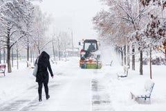 Расчистка снега Трактор освобождает дорогу, путь после сильного снегопада Трактор очищая дорогу от снега Экскаватор очищает улицу стоковое фото rf