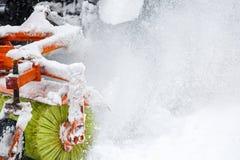 Расчистка снега Трактор освобождает дорогу, путь после сильного снегопада Трактор очищая дорогу от снега Экскаватор очищает улицу стоковая фотография rf