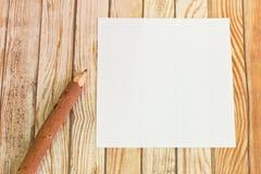 Расшива карандаша деревянная с бумагой на деревянной предпосылке Стоковые Изображения RF