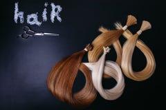 Расширения волос 3 цветов на темной предпосылке Copyspace Взгляд сверху Стоковая Фотография RF