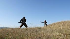 Ратники Викинги бросают копье в сражении подготовлять сражения сток-видео
