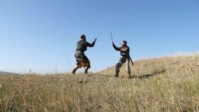 Ратники Викинги бросают копье в сражении подготовлять сражения видеоматериал