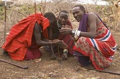 Ратники Masai освещая огонь Стоковая Фотография