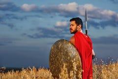Ратник в красном плаще держа оружие шпаги и утюга Стоковая Фотография RF