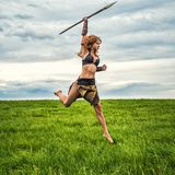 Ратник девушки в поле Поскачите с копьем Стоковое фото RF
