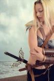 Ратник женщины океаном на пляже стоковая фотография rf