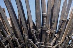 Ратник, железный трон сделанный с шпагами, сцена фантазии или этап r Стоковое Изображение