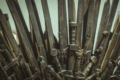 Ратник, железный трон сделанный с шпагами, сцена фантазии или этап r Стоковая Фотография