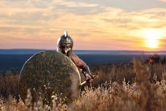 Ратник как спартанский идти вперед в нападение Стоковые Изображения