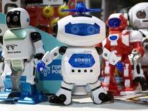 Ратник робота игрушки белый и другие роботы Стоковое Изображение RF