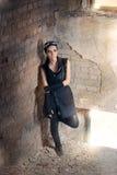 Ратник Steampunk женский в сценарии столба апоралипсическом Стоковые Фотографии RF