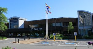 Ратуша в Oakville, Канаде с флагами в переднем 4K видеоматериал