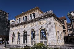 Ратуша обозревает одну из самых красивых публичных арен старого городка в городе Корфу Стоковая Фотография