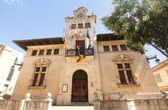 Ратуша Alcudia расположена в старом городке Alcudia, Майорка, Испания 28 06 2017 Стоковые Изображения