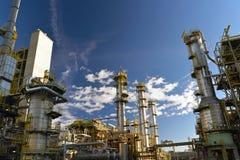 Рафинадный завод для продукции топлива - архитектура и здания Стоковое фото RF