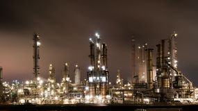 рафинадный завод завода петролеума ночи Стоковые Фотографии RF