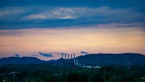 Рафинадный завод заходом солнца в держателе Isa, Квинсленде стоковое изображение rf