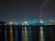 рафинадный завод ночи стоковое фото