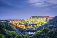 Рафинадные заводы на реке Стоковое Изображение