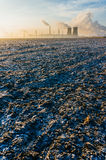 Рафинадный завод над замороженным полем Стоковые Фото