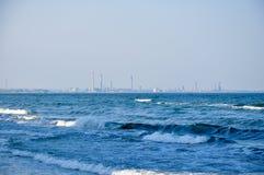 Рафинадный завод на море Стоковая Фотография RF