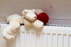 Радиатор топления с плюшевым медвежонком внутри помещения Стоковое Фото