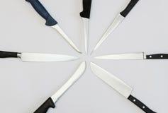 Радиально аранжированные кухонные ножи стоковая фотография rf