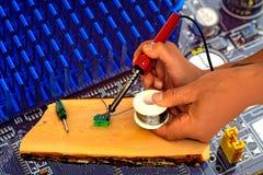 Радиотехническая аппаратура ремонтируя в пункта обслуживания Стоковая Фотография